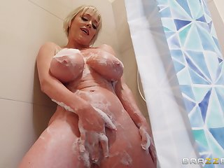Dee Williams screams from pleasure to the fullest her friend fucks her
