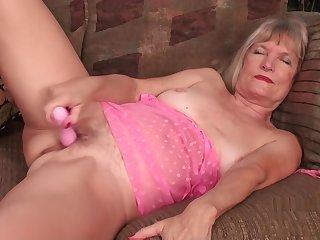Die Fotze der sexy Oma ist immer bereit