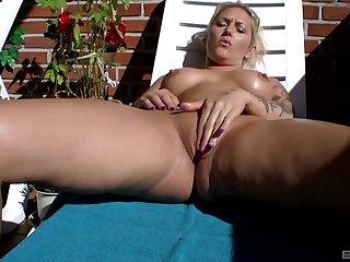 Naked peaches enjoys a sunny solo masturbation all round the back yard