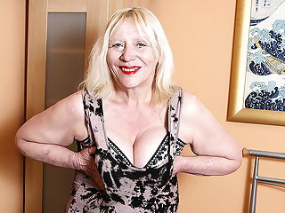 Raunchy British Housewife Playing With Will not hear of Hairy Snatch - MatureNL