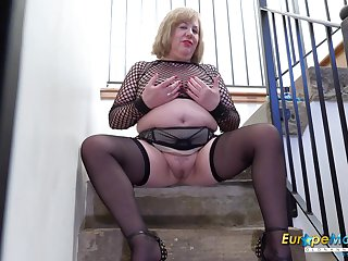 Mature lady Auntie Trisha playing with her chunky body all alone with the addition of pigeon-holing her wet pussy