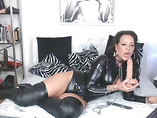 Mom Chick Has Beautiful Anal and Pussy Rubbing