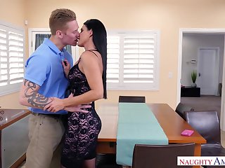 Single milf India Summer needs sex and calls a male escort and